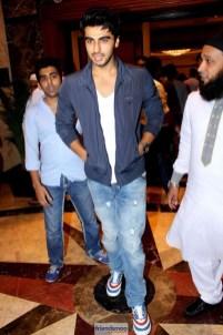 Salman Khan and Shah Rukh Khan Hug at Iftar Party-Friendsmoo