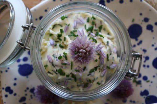 Knoblauch-Butter-mit-Schnittlauch-Blüten-1