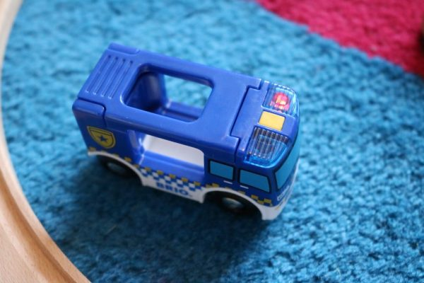 Polizeifahrzeug-mit-Licht