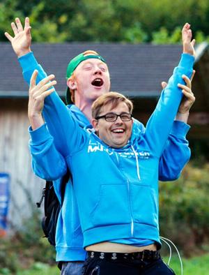 TD Franz Schröer hilft dem Deutschen Meister Kevin Konsorr (beide GW Marathon Münster) beim Jubel. Foto: Andel Thöne (Crosslap)