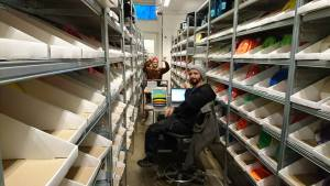 Hele romjulen gikk med på katalogisering av discer, på type, vekt og farge. Foto: Sune Sport Facebook