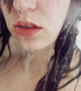 Haare waschen (Foto: brokenneverbeat/Flickr)