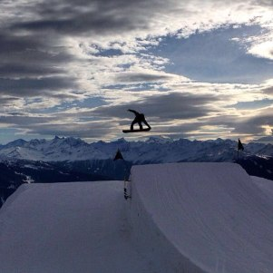 Black one is perfect @cransmontanaparks #snowboarding #backlight #frisek #friends and #shred #sexy #snowporn #donthitthenole 📷 @blanc_steve 🏂 @laurent5_4