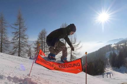 Our man Poupnutz aka @sullyvan_dorcel ain't knowing no rules on the mountain ! 📷@guillaumefsk#frisek #frisekteam #snowboard #cransmontana #snowboarding #shred #jumpingfences #poupnutz @cransmontanaparks
