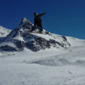 Get your daily method with our man @moussafrisek on the @snowparkzermatt 👌 📷@guillaumefsk #frisek #frisekteam #snowboard #switzerland #shred #wallis #zermatt #valais #moussa #furi #furggsattel @julensnowboarding