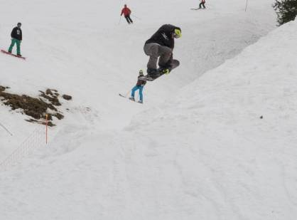 Happy birthday to the youngest and freshest frisek @laurent5_4 grabbing tuck knee at the old school trick contest during the #bankedclc in #lescrosets #frisek #frisekteam #snowboard #switzerland #shred #champery #bankedslalom #tuckknee #valais #snowboarding #thechiefislooking