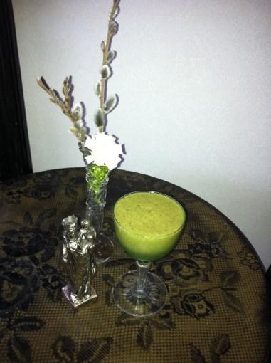 Grön smoothie med avokado och gröna blad
