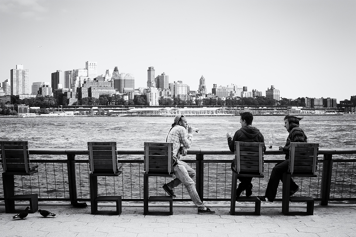 relaxing relax men river east Brooklyn fun happy manhattan friso kooijman photographer amsterdam zaandam new york street photography straatfotografie fotografie black white