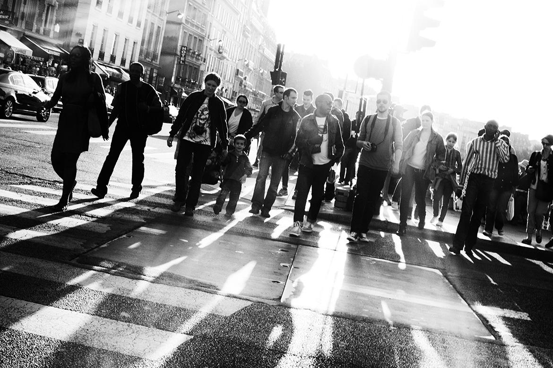 Street photographer friso kooijman fotograaf Amsterdam Nederland Netherlands zwart wit black white straatfotograaf Zaandam man people Paris Parijs crossing zebra sunset sundown rush hour spits tourist tourism