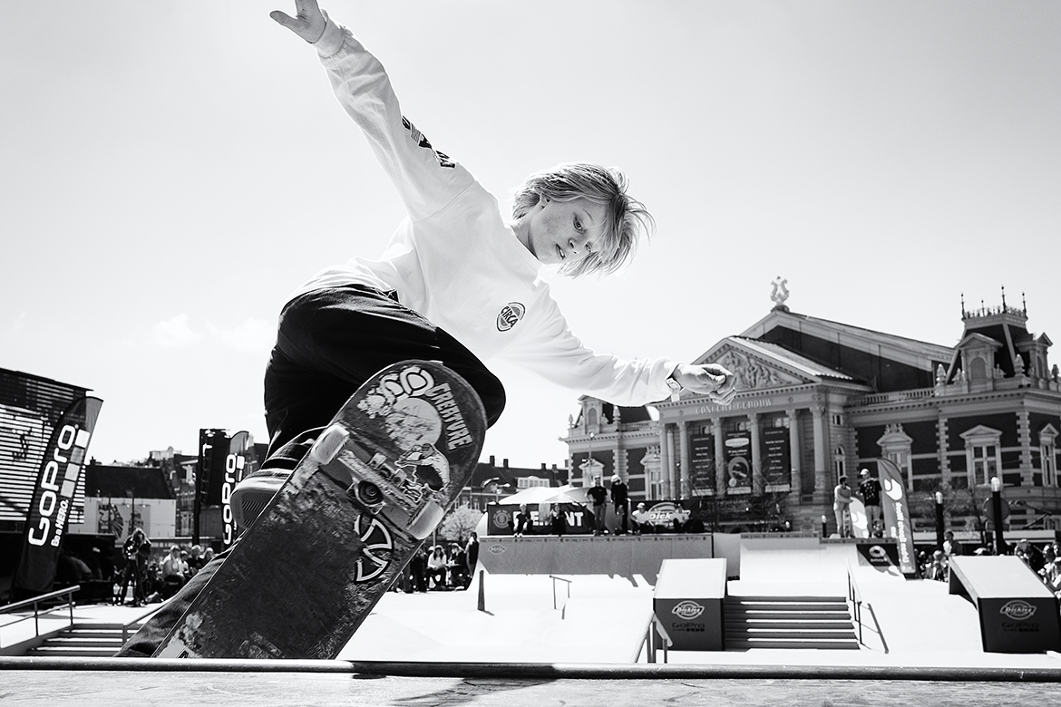 Street photographer friso kooijman fotograaf Amsterdam Nederland Netherlands zwart wit black white straatfotograaf skateboard boarder board urban sports blond puberty boy youngster