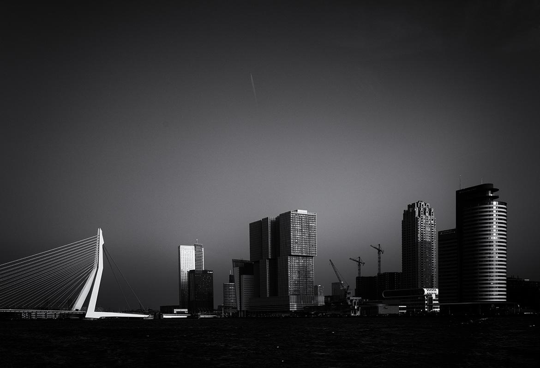Street photographer friso kooijman fotograaf Amsterdam Nederland Netherlands zwart wit black white straatfotograaf skyline rotterdam urban wilhelminakade erasmus bridge cranes Manhattan Maas