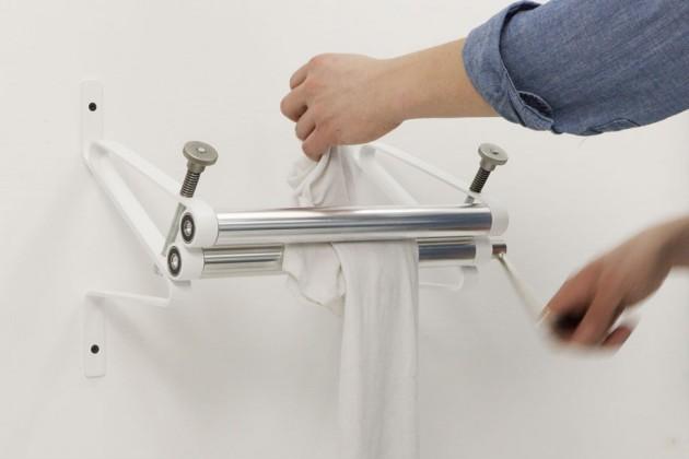 """""""Wash Press"""", di Julia Söderberg. Si tratta di una semplice pressa a rulli per strizzare i tessuti lavati a mano"""