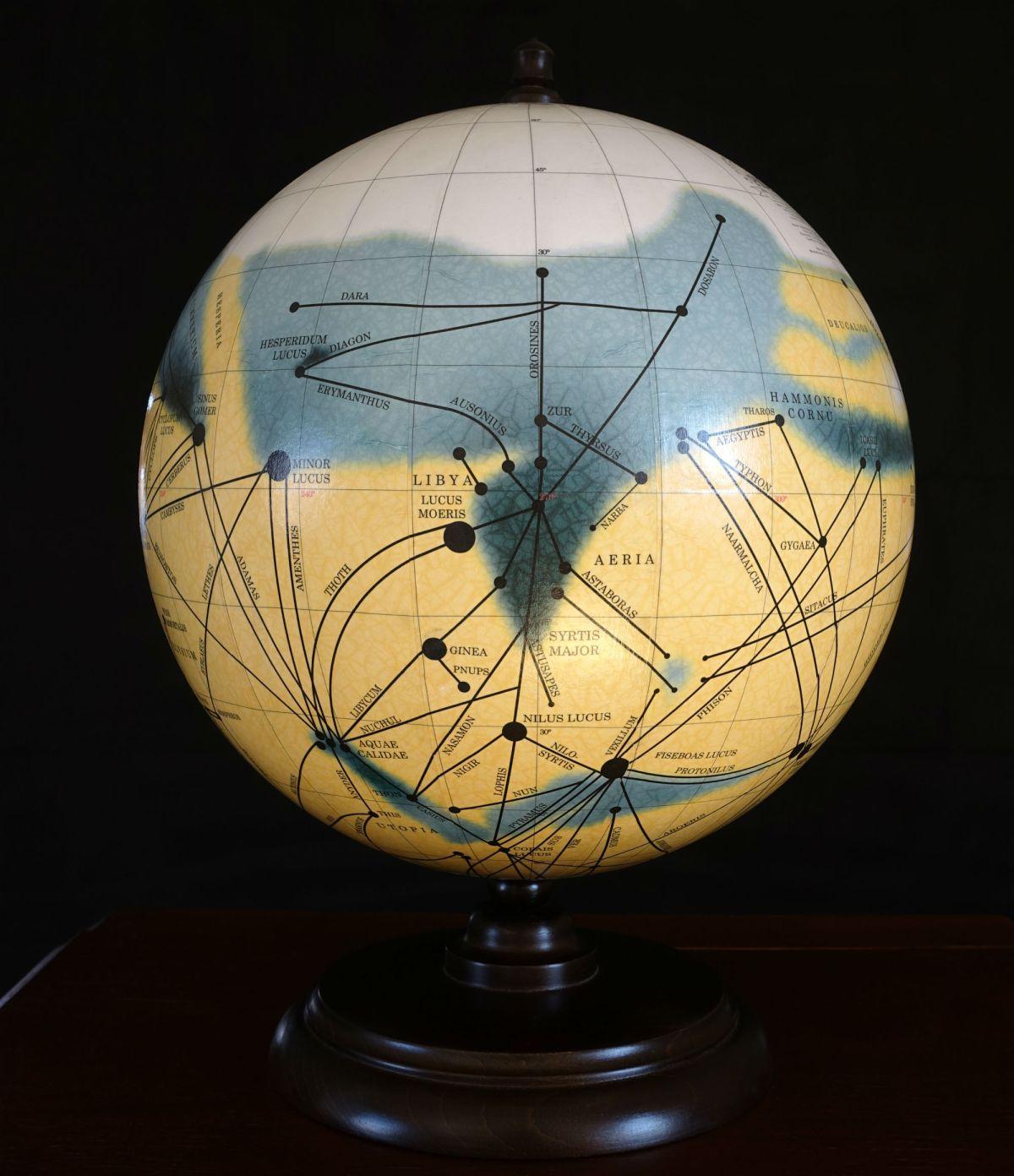 Il primo mappamondo di Mars Globes, con la storica mappa di Marte realizzata nel 1905 da Percival Lowell