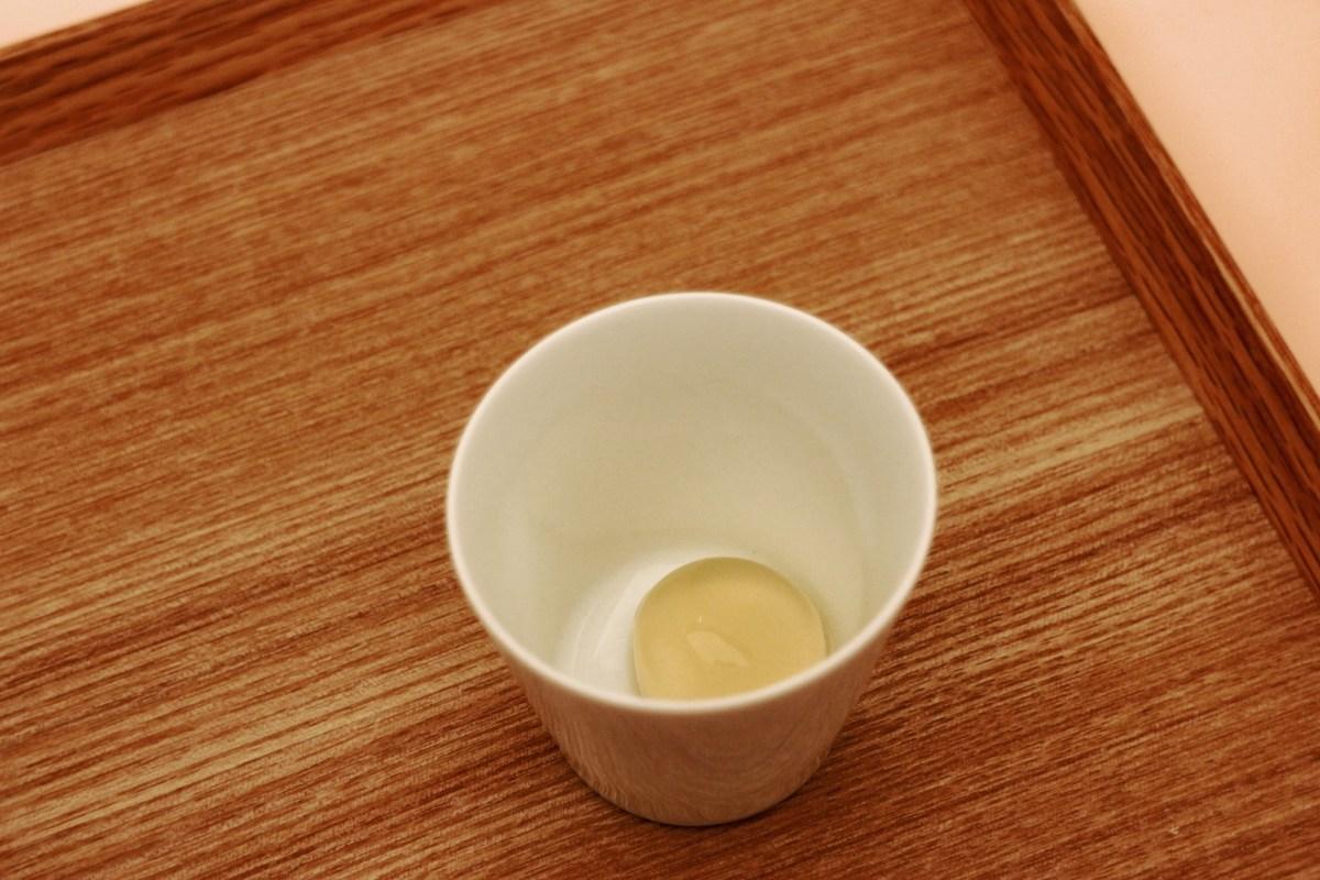 sopra, la sfera di gelatina dentro alla tazzina di porcellana di Arita, fatta venire appositamente dal Giappone per l'evento; sotto, una serie di tazzine con dentro le sfere di gelatina immerse a vari livelli (foto: Frizzifrizzi)
