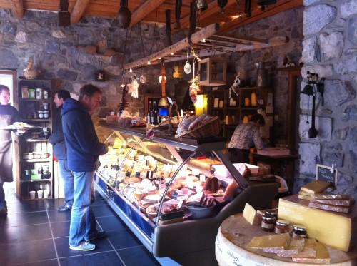 Un étal dédié aux fromages maisons et d'autres, sélectionnés