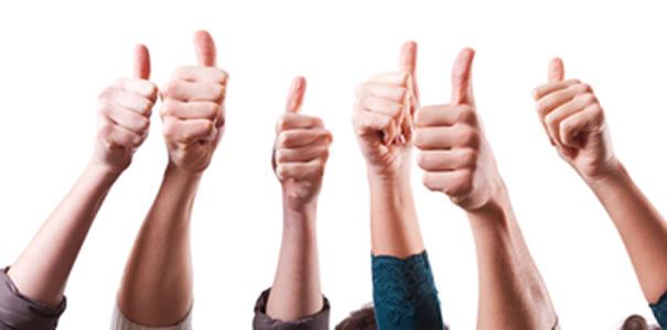 manos con pulgar alzado votando