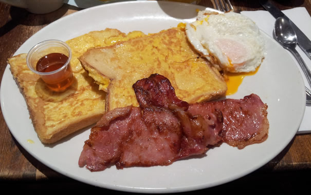 Full english breakfast con tostadas francesas