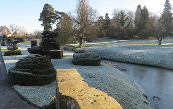 Jardines helados de Hever Castle en diciembre