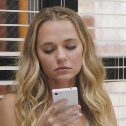 White phone Madison Iseman in Jumanji: Welcome to the Jungle (2017)