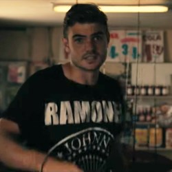 Ramones T-Shirt Alex Roe in Hot Summer Nights (2017)