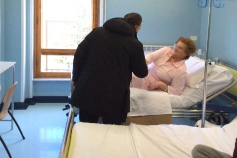 Mons-Domenico-Pompili-visita-Ospedale-Amatrice-04
