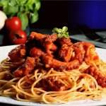 Linguine o spaghetti al ragù di polipo.