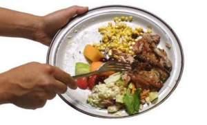 spreco alimentare, immagine di cosa buttiamo via dopo i pasti