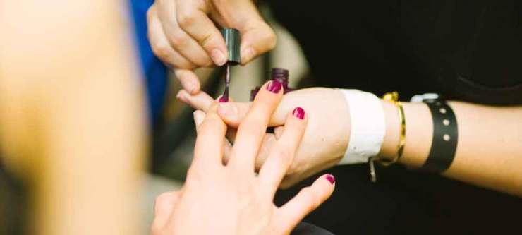 What NOT to do on a long flight without a device: groom your nails. Click through for 11 ideas on what to do without your laptop or ipad, plus 3 more things to avoid doing.