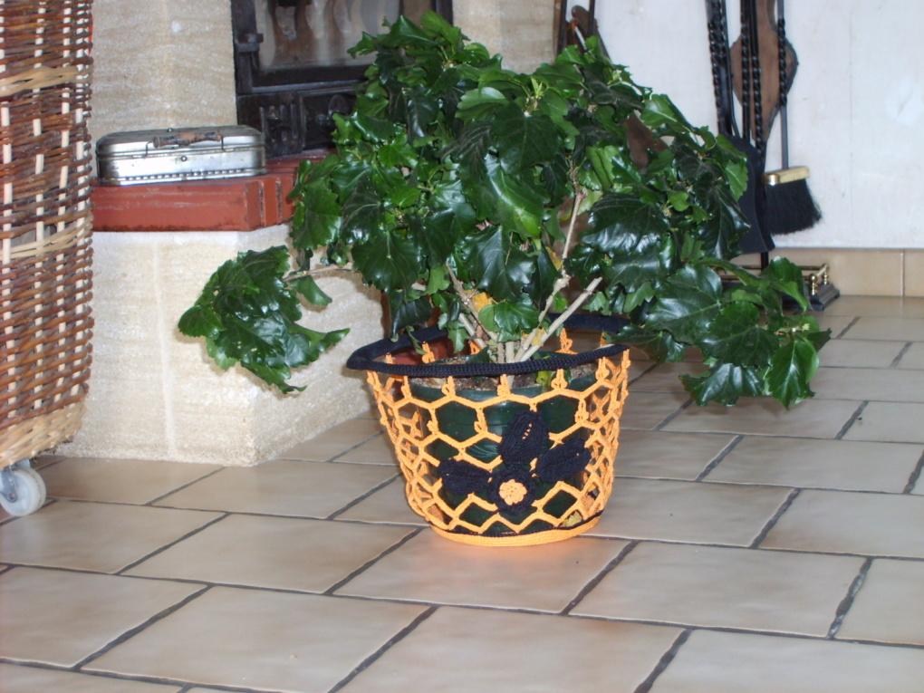 cache-pot orange avec rose et feuilles de rosier guipure d'Irlande.