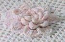 Ce dessus de lit est agrémenté de neuf fleurs roses.