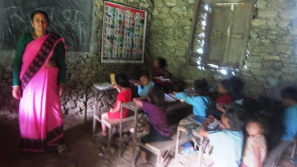 La salle de classe avec la maîtresse.