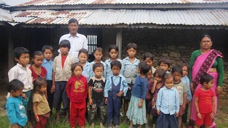 Les enfants avec le personnel enseignant.