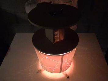 C'est une petite table électrique avec des prises pour charger les portables et les tablettes.