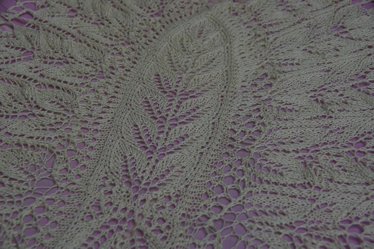 Le centre est à tricoter en rangs aller et retour et est lui même en deux parties.