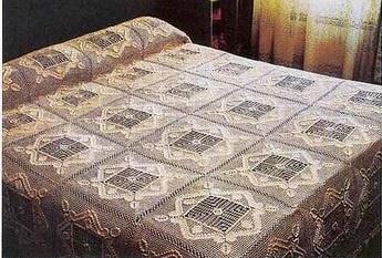 Il est composé de 36 carrés en crochet filet, picots et points popcorn.