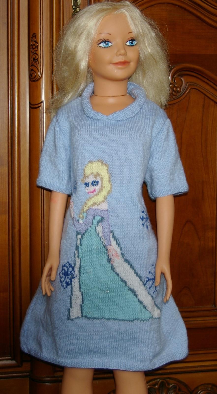 Voici la robe sur mon mannequin préféré.