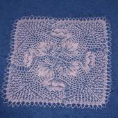 """TRICOT D'ART : napperon carré """"Renoncules roses"""" - Le blog de crochet et tricot d'art de Suzelle"""