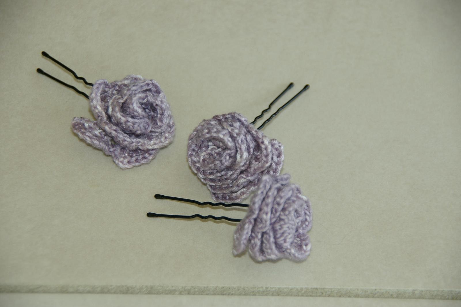 J'ai fait aussi trois petites roses à piquer dans le chignon.