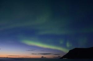 Lofoten Noorderlicht vlak na zonsondergang Foto: Fru Amundsen ©
