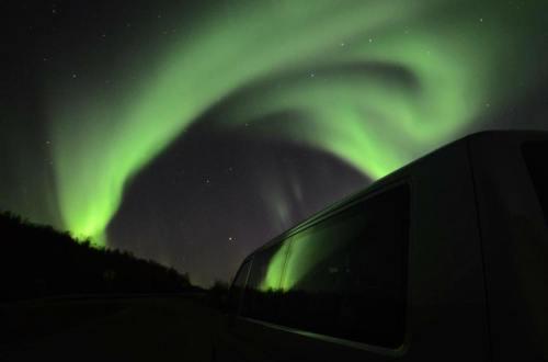 De bagageruimte in een busje is beperkt, maar het busje helpt ons uitstekend bij het zoeken naar het noorderlicht! Foto: Fru Amundsen ©