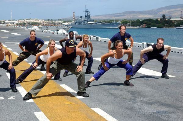 1024px-US_Navy_060627-N-5290S-097_Gilad_of_the_Fit_TV_show,_Bodies_in_Motion,_films_a_show_aboard_the_amphibious_assault_ship_USS_Bonhomme_Richard_(LHD_6)