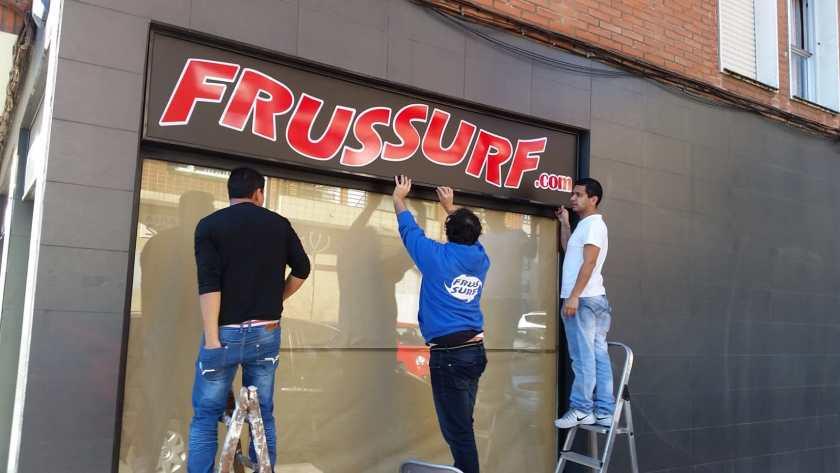 Carteles de vinilo con los logotiposen FrusSurf