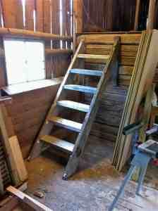 Eftersom jag byggde med gammalt virke ser det nästan ut som om trappan alltid stått där.