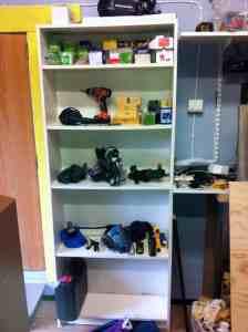 En öppen bokhylla i snickeriet gör att maskiner och verktyg är lätta att plocka ut. Och att ställa tillbaka på rätt plats.