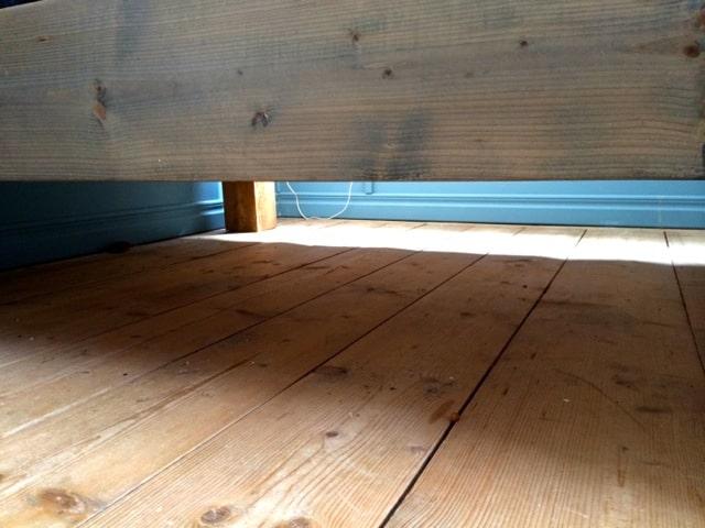 Anders letade under sängen. Ingen Marlon och ingen von Dallas.