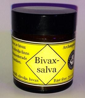 Min bivaxsalva är inte olaglig – att inneha. Men skulle jag vilja sälja den finns många problem. Bland annat innehållsförteckningen. Jag har skrivit olivolja och bivax men det är inga godkända INCI-namn. Det borde stå Olea Europaea fruit oil, Cera flava.