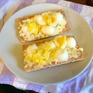 Knäckemackor med vaktelägg och hemgjord majonäs. Låter exklusivt – men smakar ungefär som knäckemacka med ägg och majonäs.