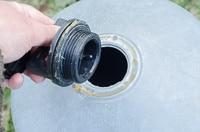 Genom att smörja in packningen med vaselin så blir den tät – och vattenautomaten fungerar precis som den ska.