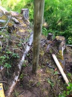 Det blev inte bara hörnstolpar – den här står i mitten av en hundrameterssträcka. Stängsling av långa sträckor kan behöva stabiliseras.