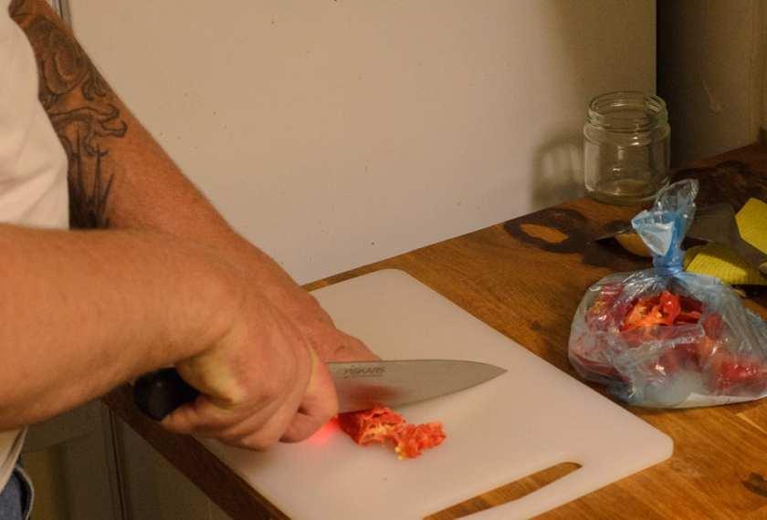 Frusen chili är mycket lätthanterlig om man hackar den innan den tinat. Jag brukar frysa den i lagom stora portionsbitar.